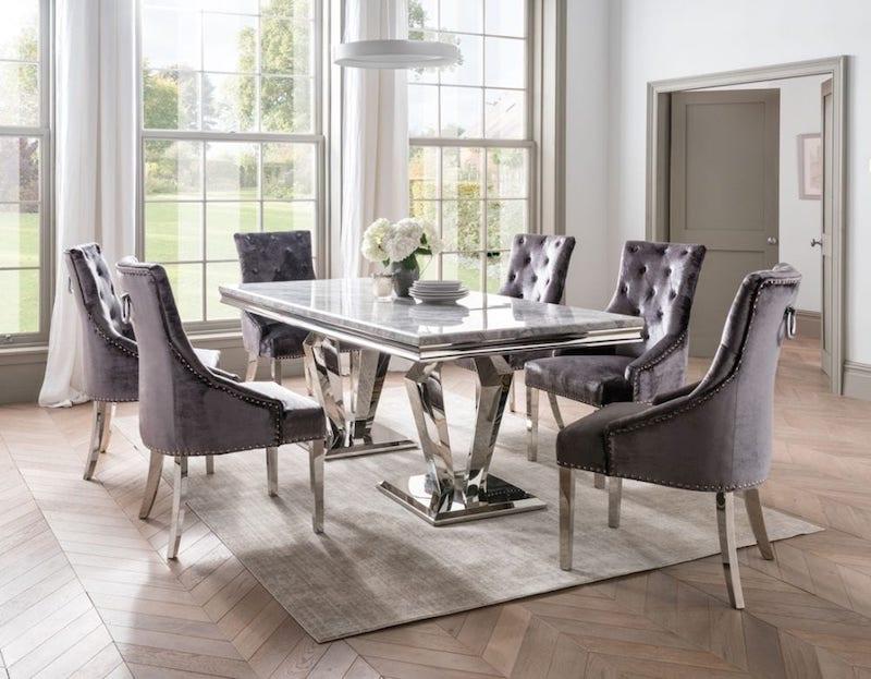 Bộ bàn ăn với các chi tiết bằng kim loại