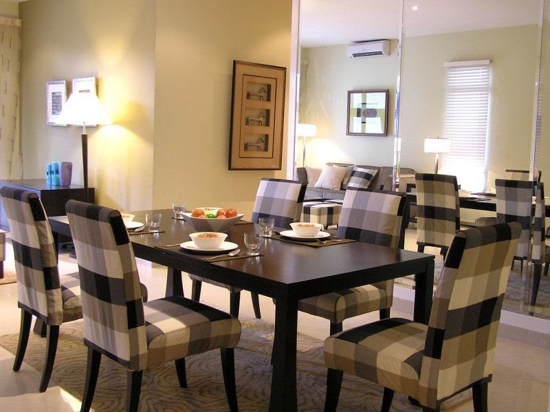 Bộ bàn ăn tông màu nâu trầm ấm với hoạ tiết caro lạ mắt