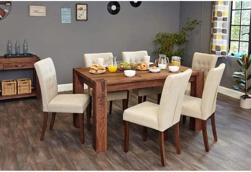 Bàn ăn với chất liệu gỗ giúp cho không gian thêm phần ấm cúng, gần gũi