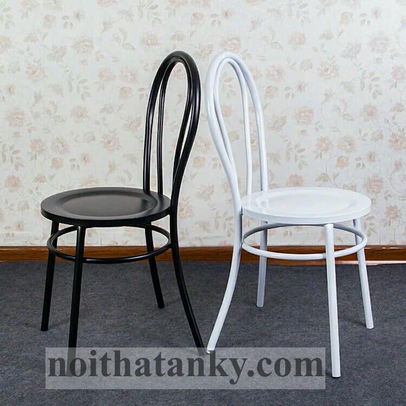 Ghế quán cafe thường là ghế sắt được hàn gắn tỉ mỉ và chắc chắn