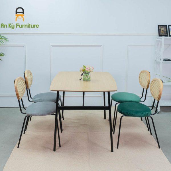 Bộ Bàn Ăn Maris498 với chất liệu mặt gỗ veneer sồi , lưng ghế lưới mây của Nội Thất An Kỳ -Ankyfurni