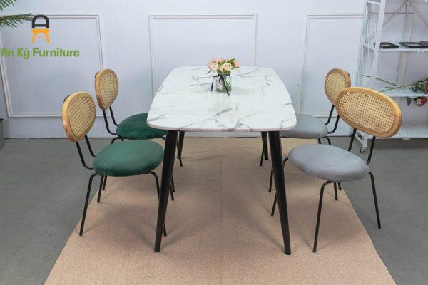 Bộ Bàn Ăn Maris218 với chất liệu bàn đá cẩm thạch , ghế lưng gỗ mây nệm vải nhung cao cấp của Nội Thất An Kỳ - Ankyfurni